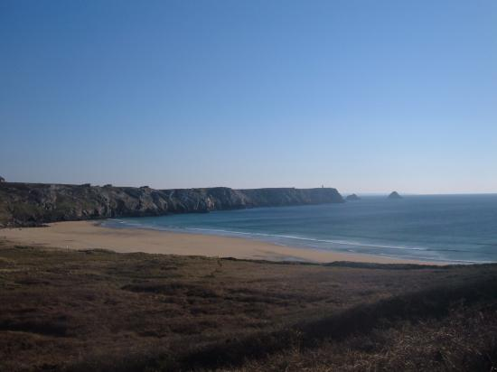 la plage de Pen Had et au loin la pointe de Pen Hir