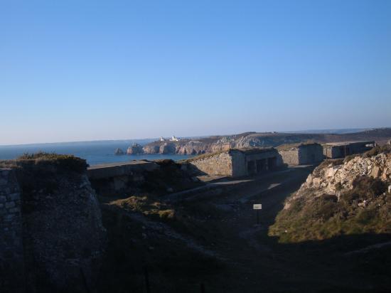 fortifications et au loin la pointe du Toulinguet